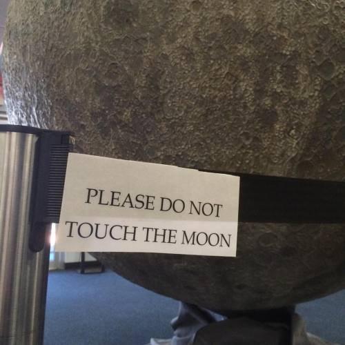 nu.atingeti.luna.jpg