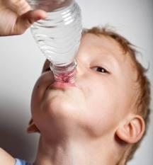 Rehidratarea este esentiala in cazul virozelor digestive la copii