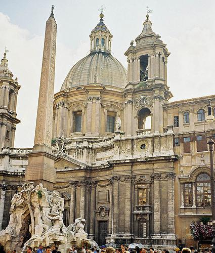 Obeliscul din fata Bisericii Sfintei Agnesa