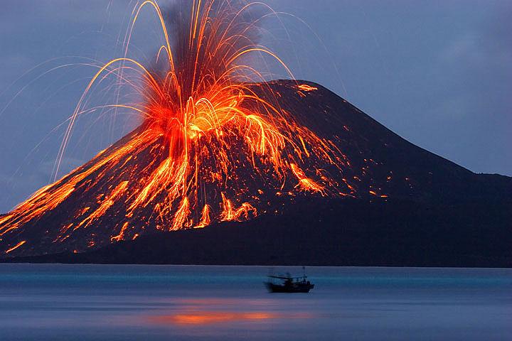 Vulcanul Krakatau, Indonezia