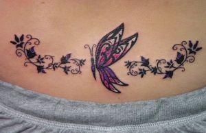 fluture tatuat pe partea inferioara a spatelui
