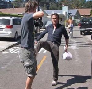 Sean Penn loveste un paparazzo