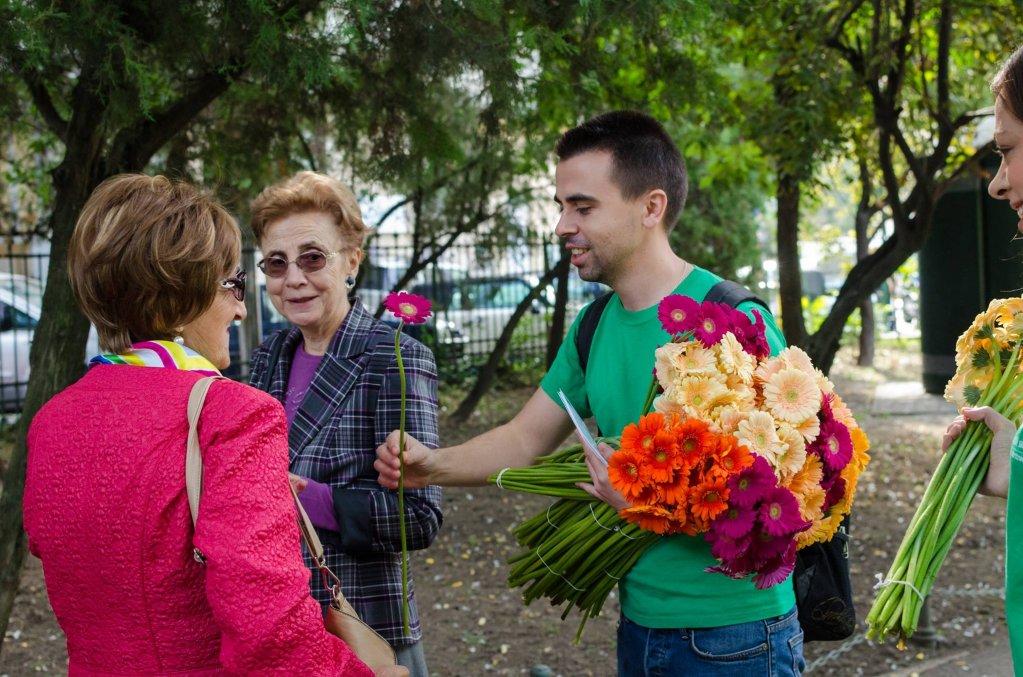 """De Ziua Internațională a Vârstnicilor, bătrânii primesc peste 6000 de """"Flori pentru Suflet"""""""