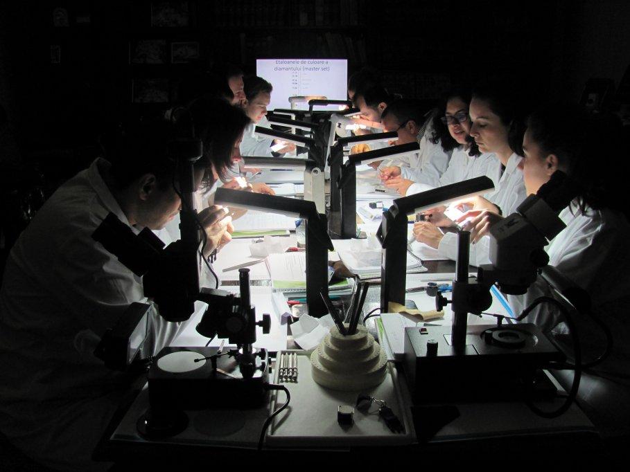 Evaluarea diamantelor si pietrelor pretioase de catre Gemologi