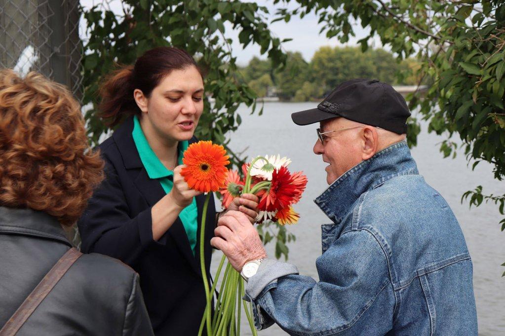 Flori și gânduri bune pentru 11.000 de bătrâni din toată țara