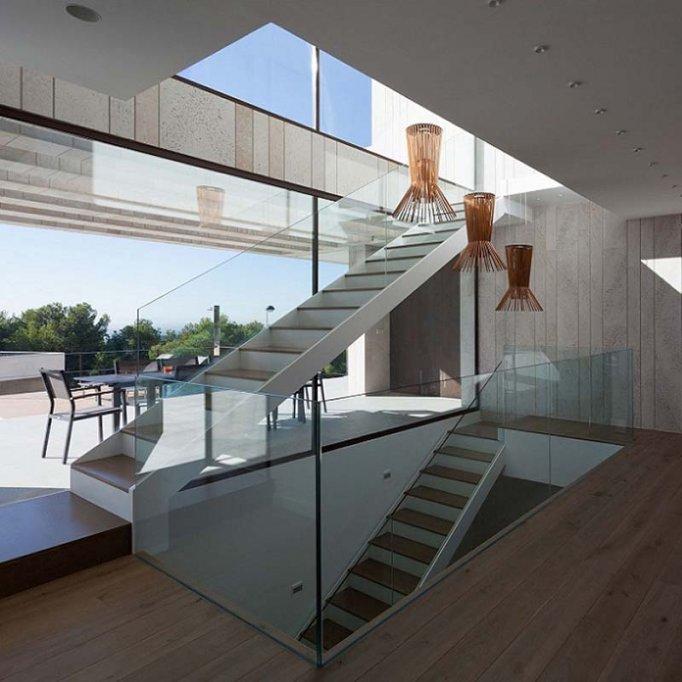 Balustrade din sticlă care vă pot permite să aveți o scara modernă
