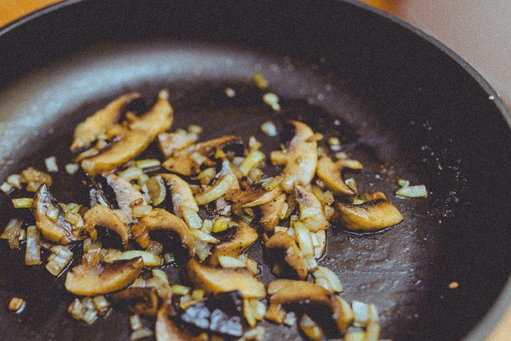 Uleiul de floarea soarelui versus uleiul de măsline - care este cel mai indicat pentru prăjit?