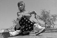 4 idei de ținute cool la care poți purta pantofi sport înalți