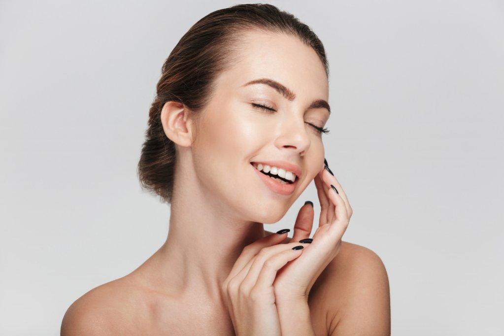 Lecția de dermatologie: Cum ne ajută mezoterapia să avem un ten proaspăt și tânăr?
