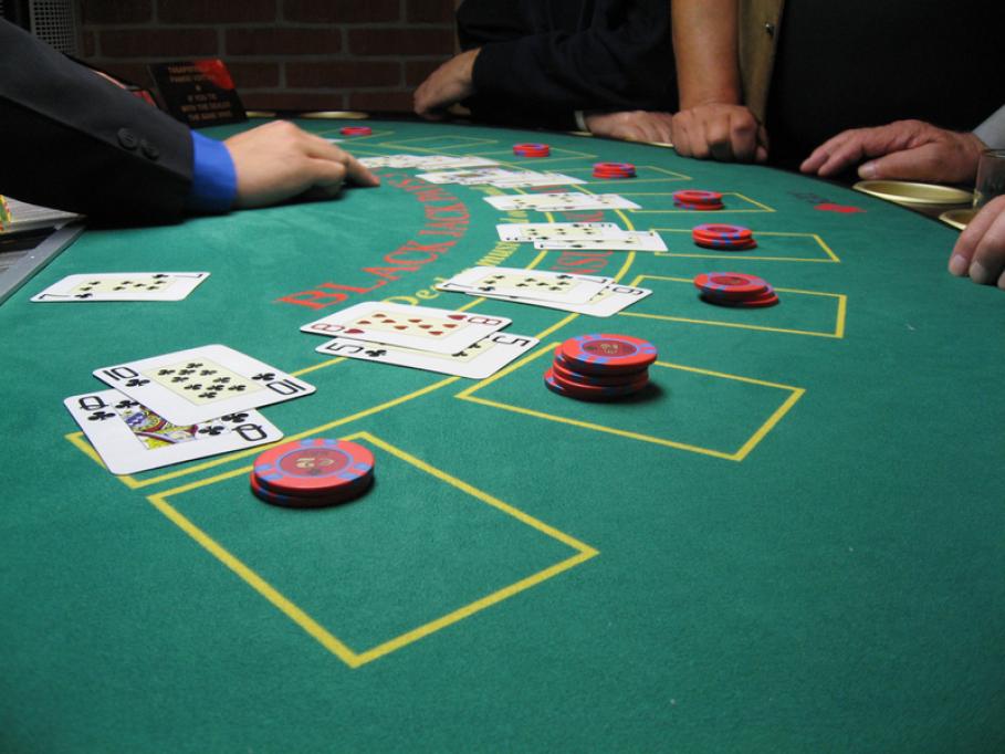 Jocul de Blackjack live: Reguli de joc, norme de etichetă și platforme potrivite pentru pasiunea ta