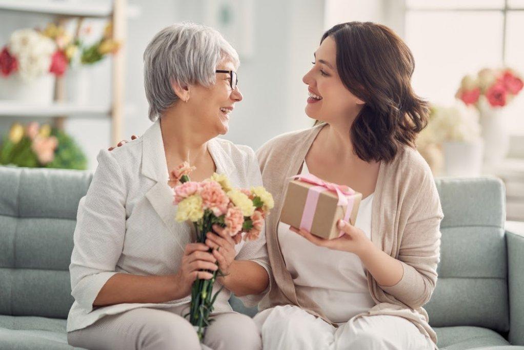 5 idei de cadou din argint pentru mama ta